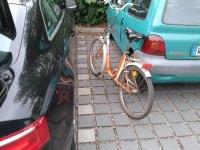 Klapprad auf einem Fahrradparkplatz