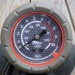 Manometer einer Standluftpumpe mit PSI und BAR Skala