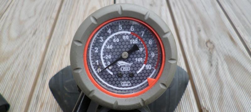 Manometer einer Standluftpumpe mit PSI und BAR Skala zum Reifendruck am Fahrrad kontrollieren