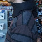 Unsichtbarer Fahrradhelm angelegt mit Bewegungsfreiheit von der Seite - Hövding Airbag Helm
