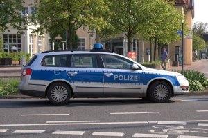 Polizeiauto vor Polizeikontrolle