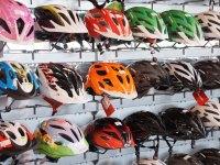 Fahrradhelm Test - Verschiedene Fahrradhelme an einer Wand