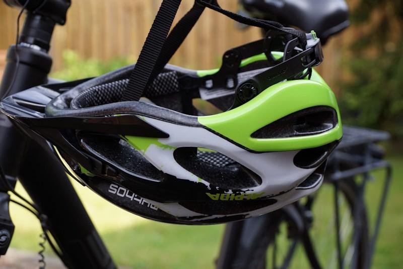 Fahrradhelm Alpina Mythos 2 hängt am Fahrrad