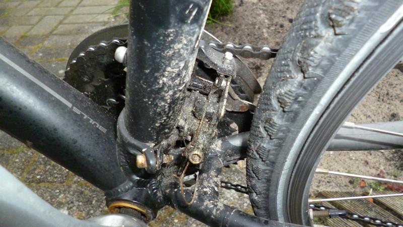 Verdreckte Fahrradschaltung vorne am Umwerfer