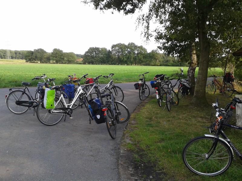 Abgestellte Fahrräder bei einer Pause bei der Fahrradtour