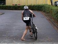 Triathlet steigt auf sein Fahrrad