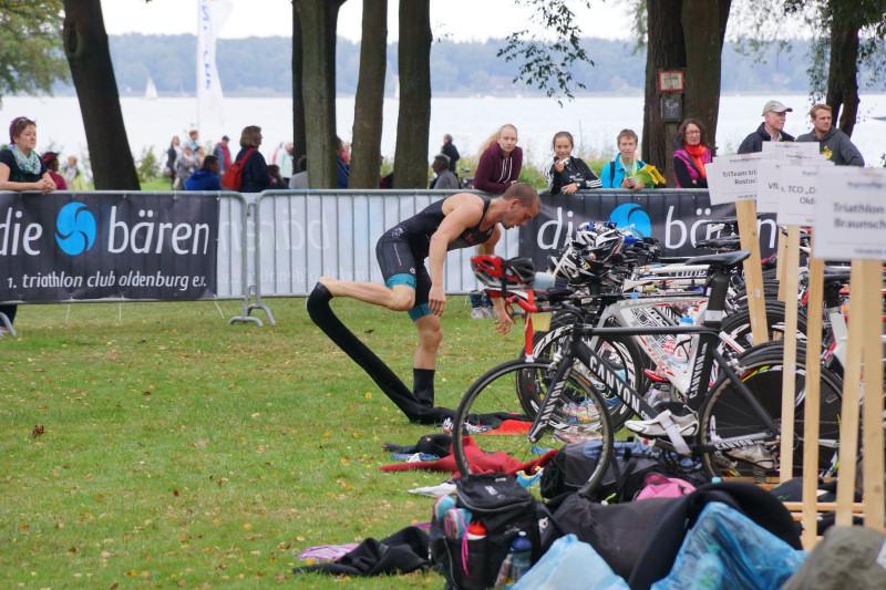 triathlon teilnehmer wechselt hose