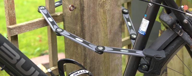 Fahrrad am Zaum angeschlossen mit Faltschloss