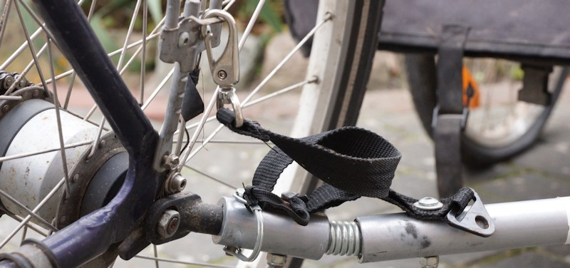 Fangseil an Anhängerkupplung am Fahrrad befestigt