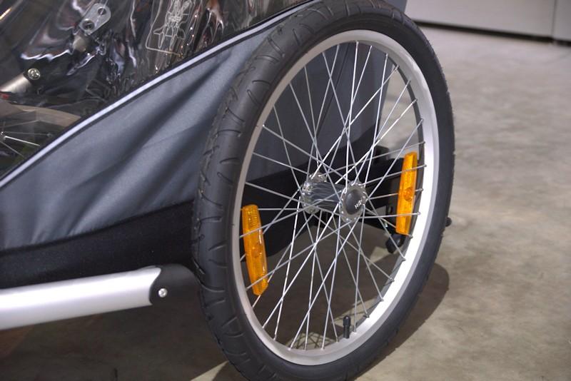Große Reifen am Fahrradanhänger