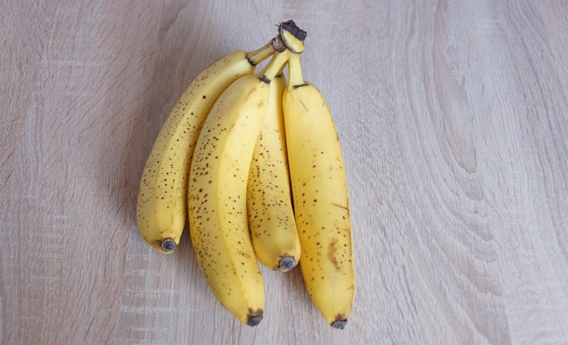 Vier Bananen auf einem Tisch