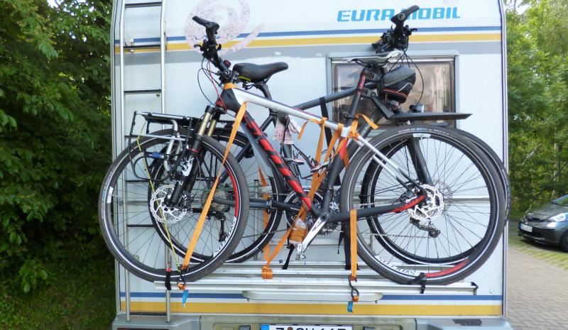 Wohnmobil mit Fahrradträger beladen