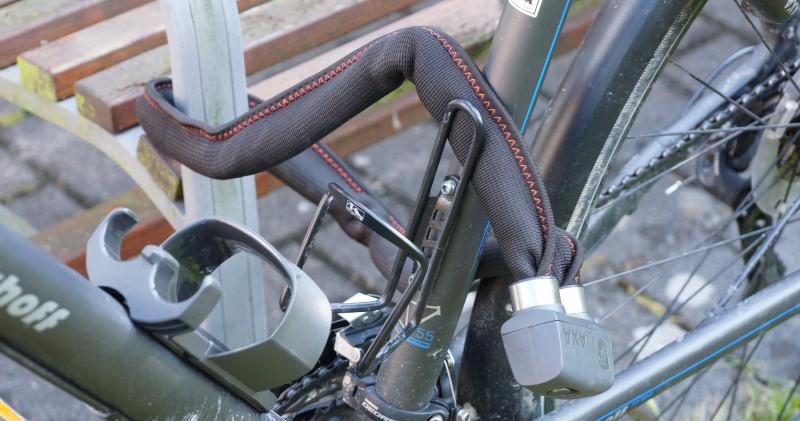 Fahrrad angeschlossen mit Axa Faltschloss 800
