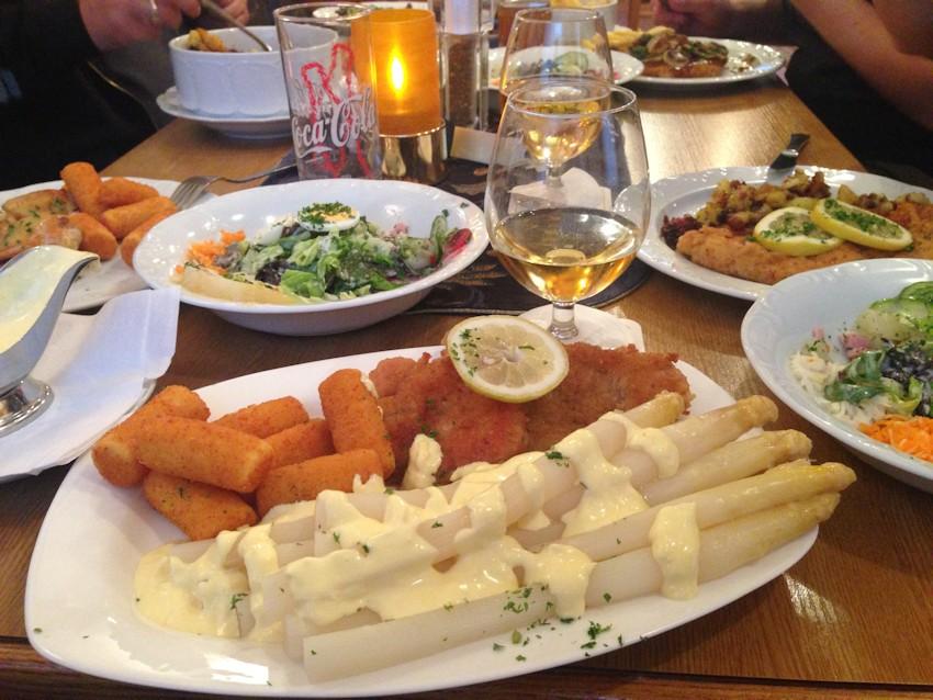 Abendessen Schnitzel, Spargel und Leckereien