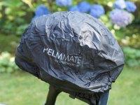 Helmmate mit Helm auf dem Sattel
