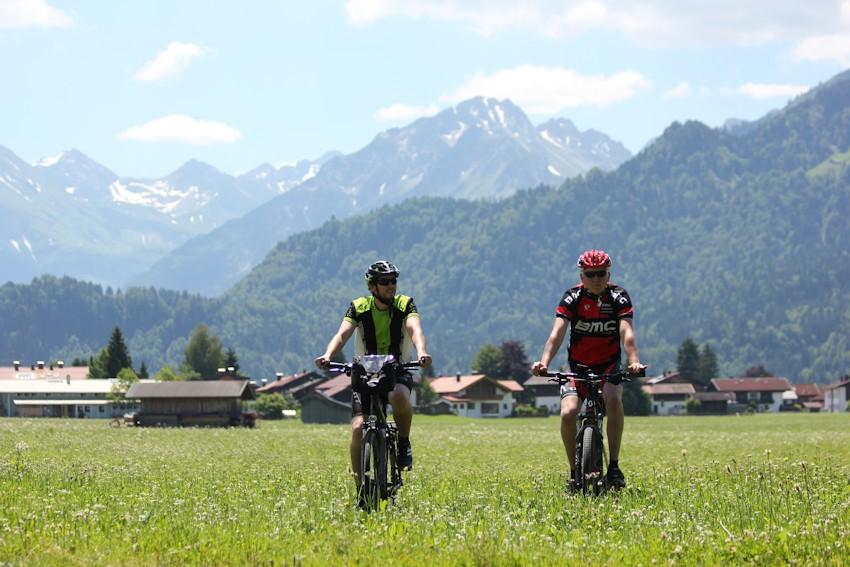 Carsten udn Soeren in Oberstdorf im Hintergrund die Alpen