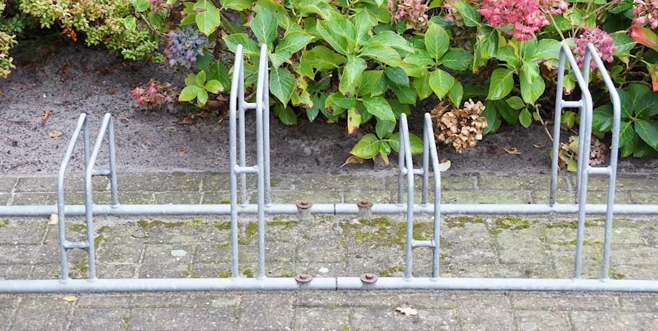 Fahrradständer Bügelparker unterschiedliche Höhen am Boden verschraubt