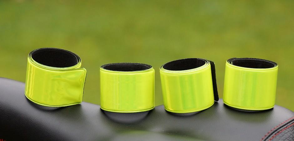 Vier Reflektorarmbänder