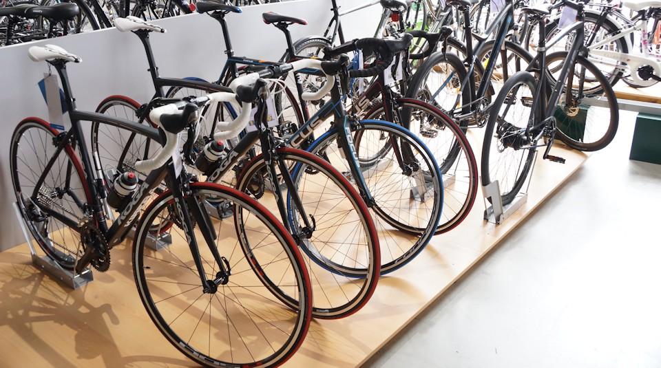 Verschiedene Fahrräder auf einer Fahrradmesse