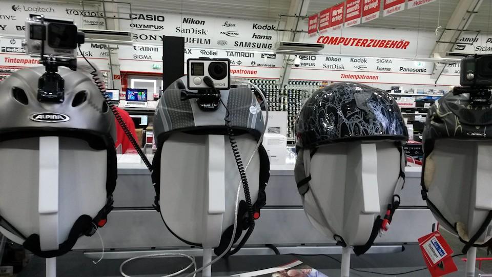 Verschiedene Helme mit Helmkamera