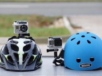Zwei Helmkaeras auf zwei Fahrradhelmen