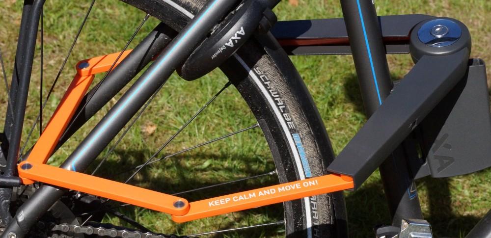 Fahrrad abgeschlossen mit AXA Toucan Fahrradschloss 120 cm orange