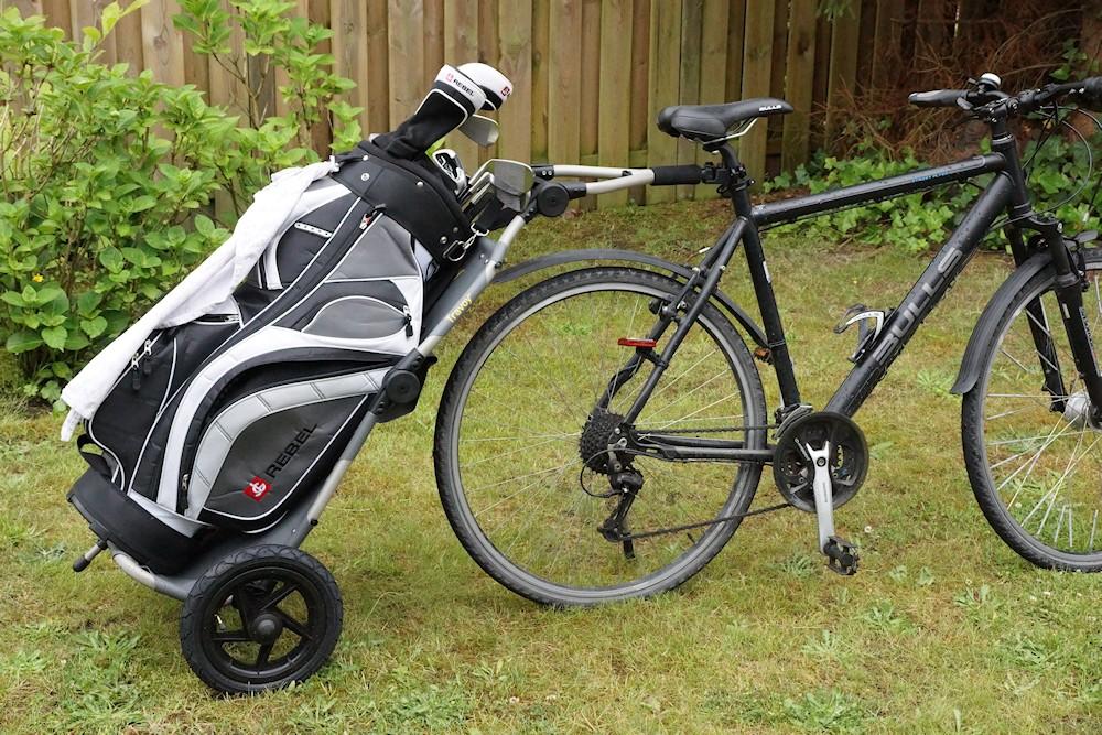 Golfbag auf dem Burley Travoy Lastenanhänger