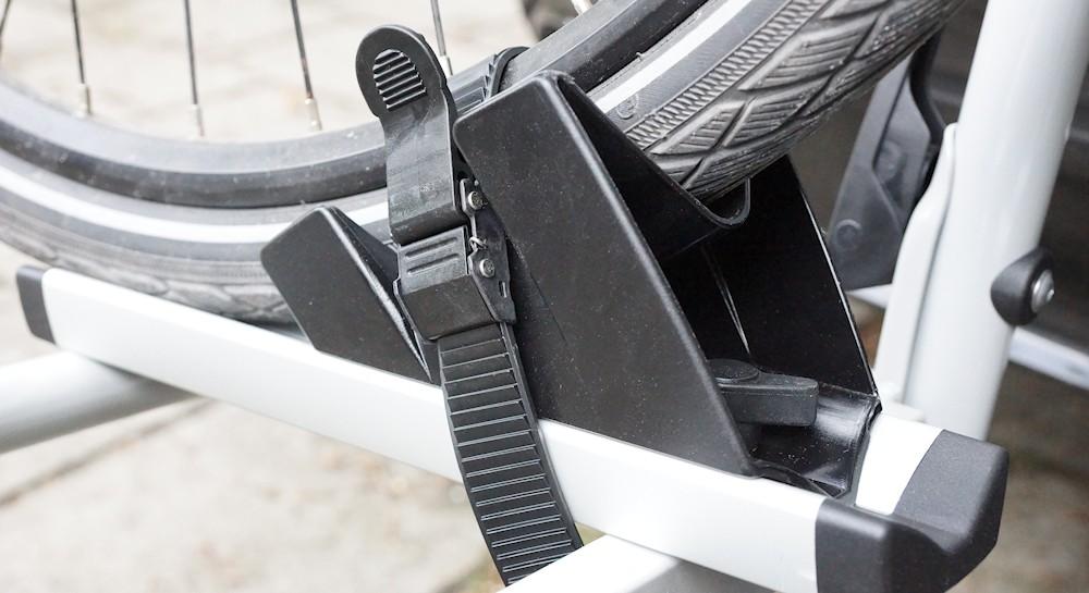 Fahrradreifen in Reifenschale auf einen Fahrradträger befestigt