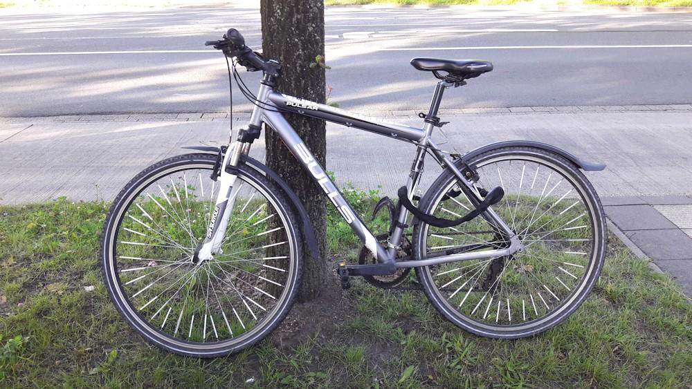 Cross-Bike von Bulls am Baum angelehnt