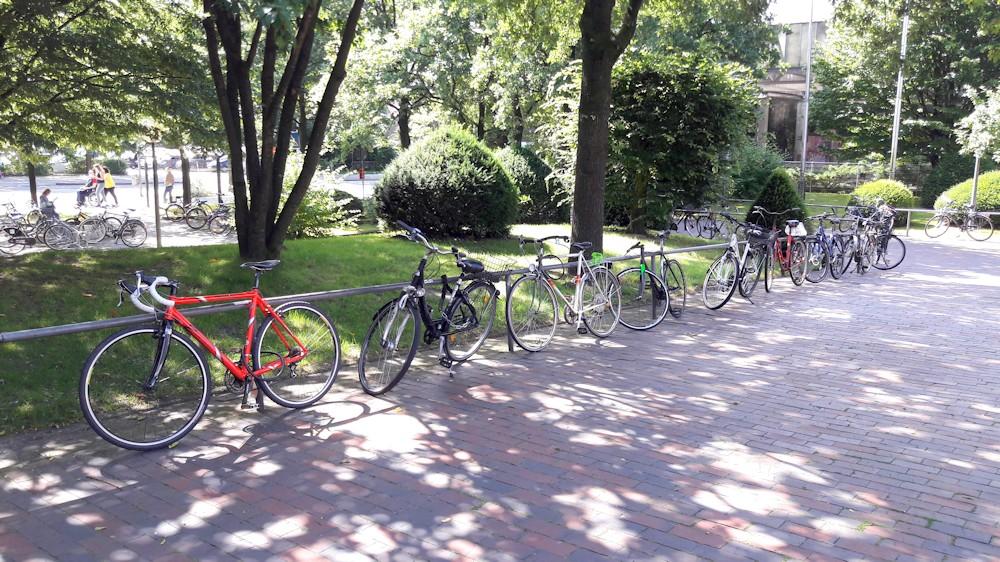 Fahrräder an der Uni Oldenburg an einer Stande festgeschlossen