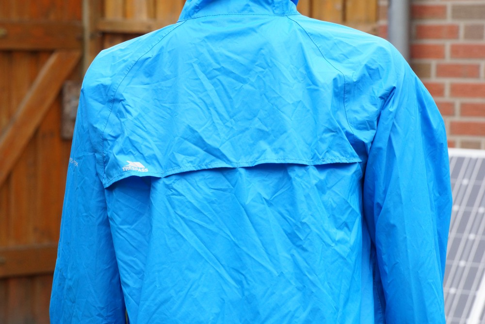 Belüftungsschlitze an einer Fahrrad Regenjacke