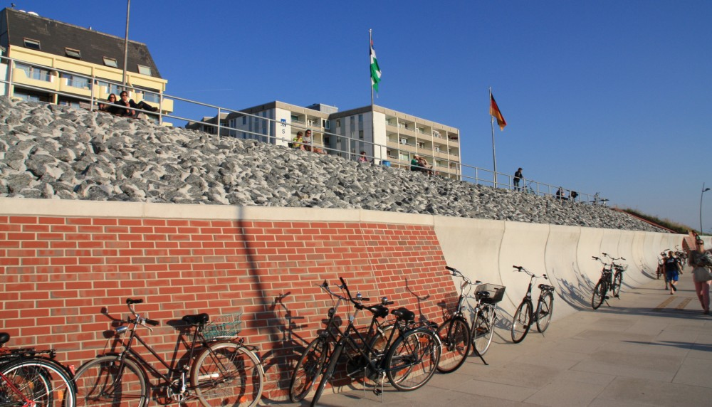 Fahrräder auf Borkum am Strand abgestellt