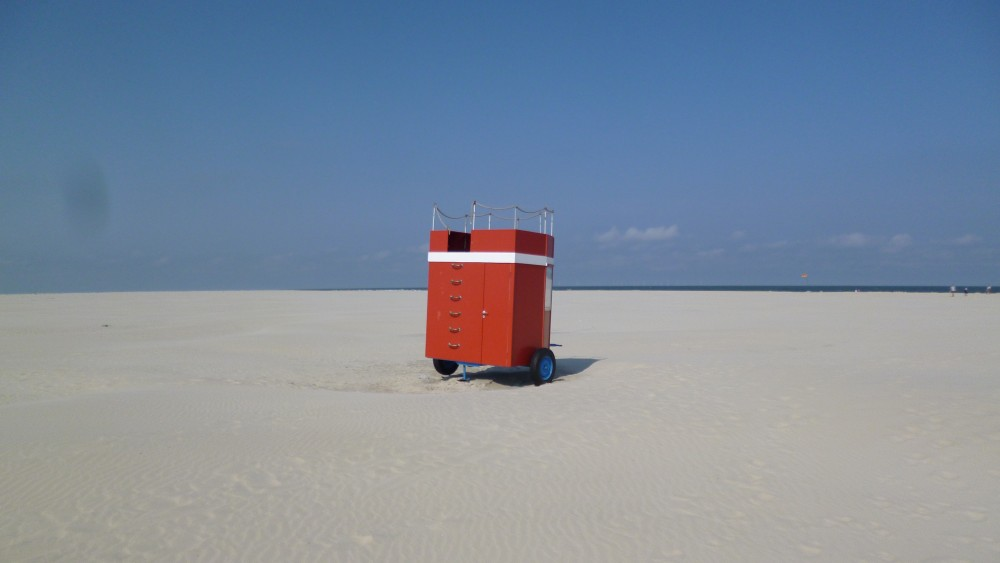 Roter Badewagen am Strand