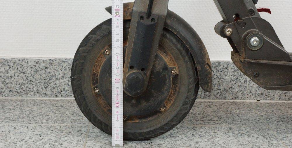 Reifengröße am Elektro Scooter mit Zollstock