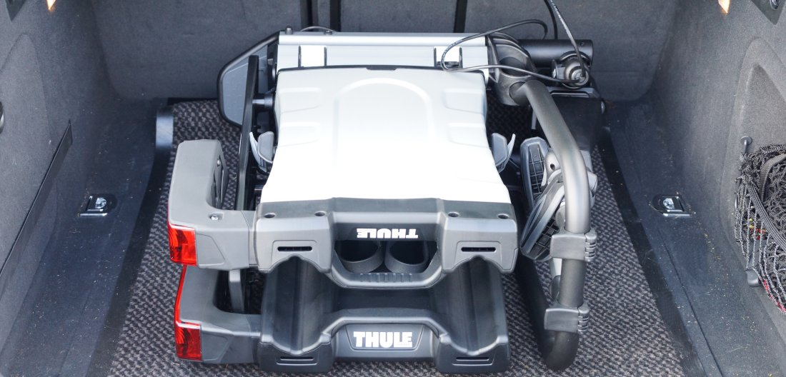 Thule EasyFold XT 2 zusammengeklappt im Kofferraum