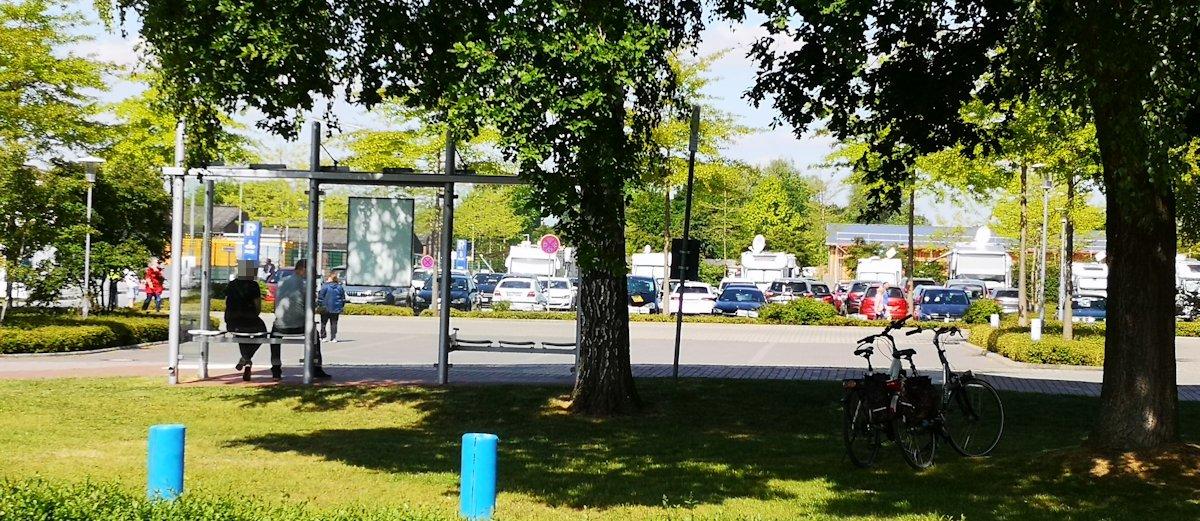 Voller Parkplatz beim Park der Gärten