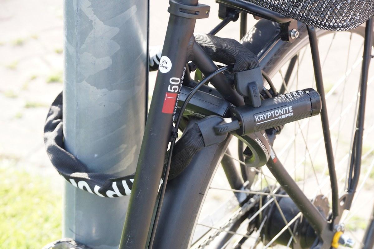 Fahrrad mit Kryptonite Keeper an Laterne angeschlossen
