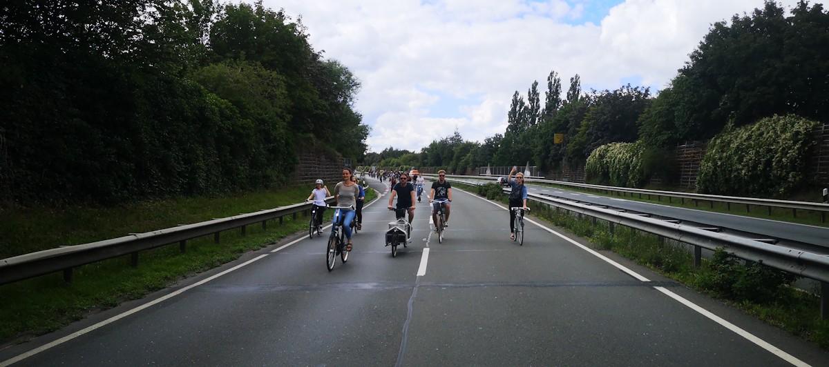 Fahrradfahrer auf der Autobahn