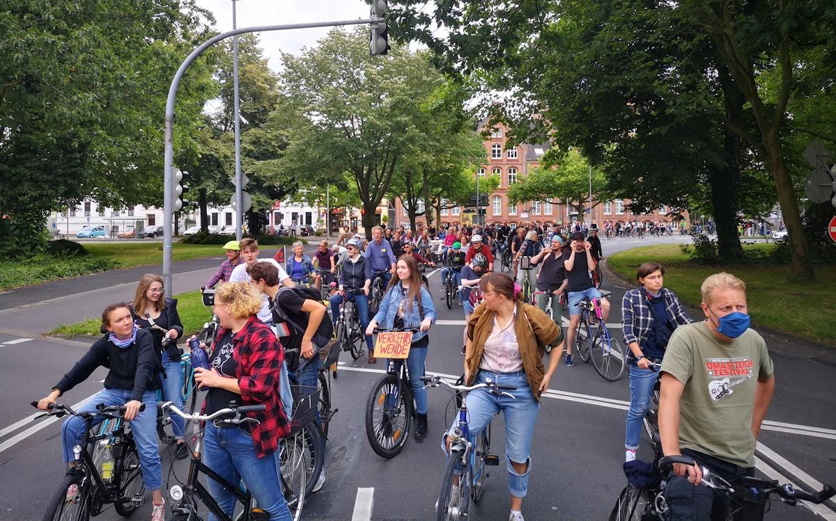 Tausende Fahrradfahrer fahren auf dem Stadtring und Pferdemarkt in Oldenburg