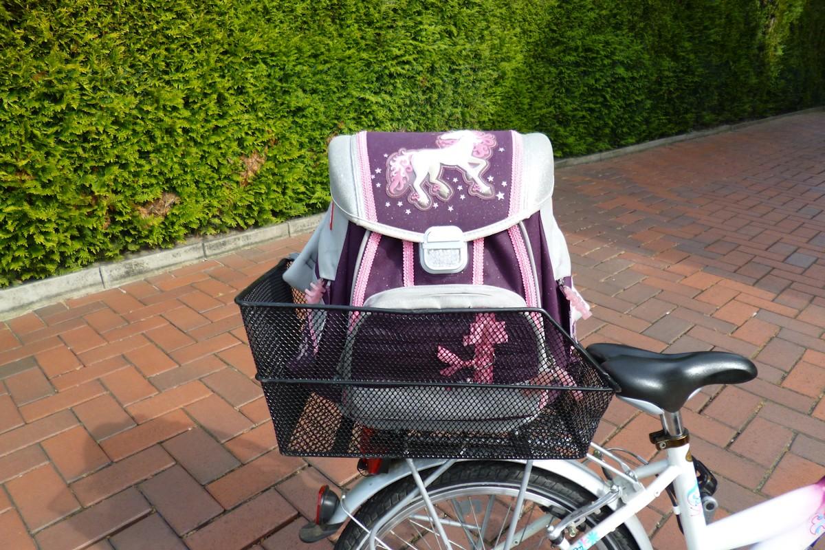 Fahrradkorb mit Schultasche