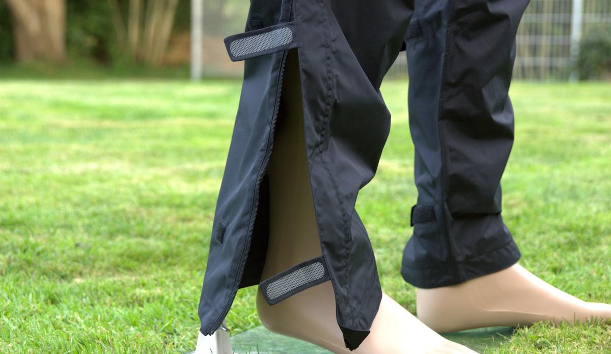 Reißverschluss am Beinende an einer Fahrrad Regenhose