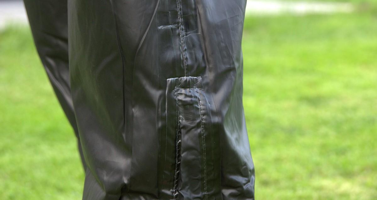 Innen verklebte Nähte an einer Fahrrad Regenhose zum Überziehen