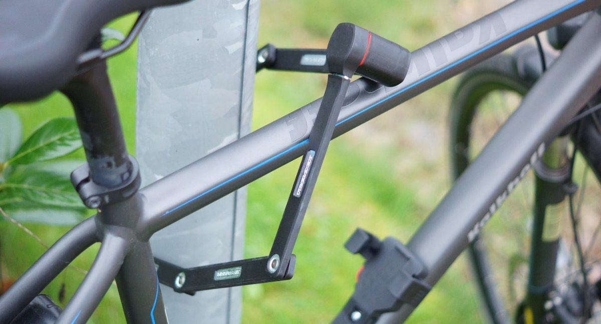 Fahrrad mit dem Trelock FS 480 an einer Straßenlaterne angeschlossen