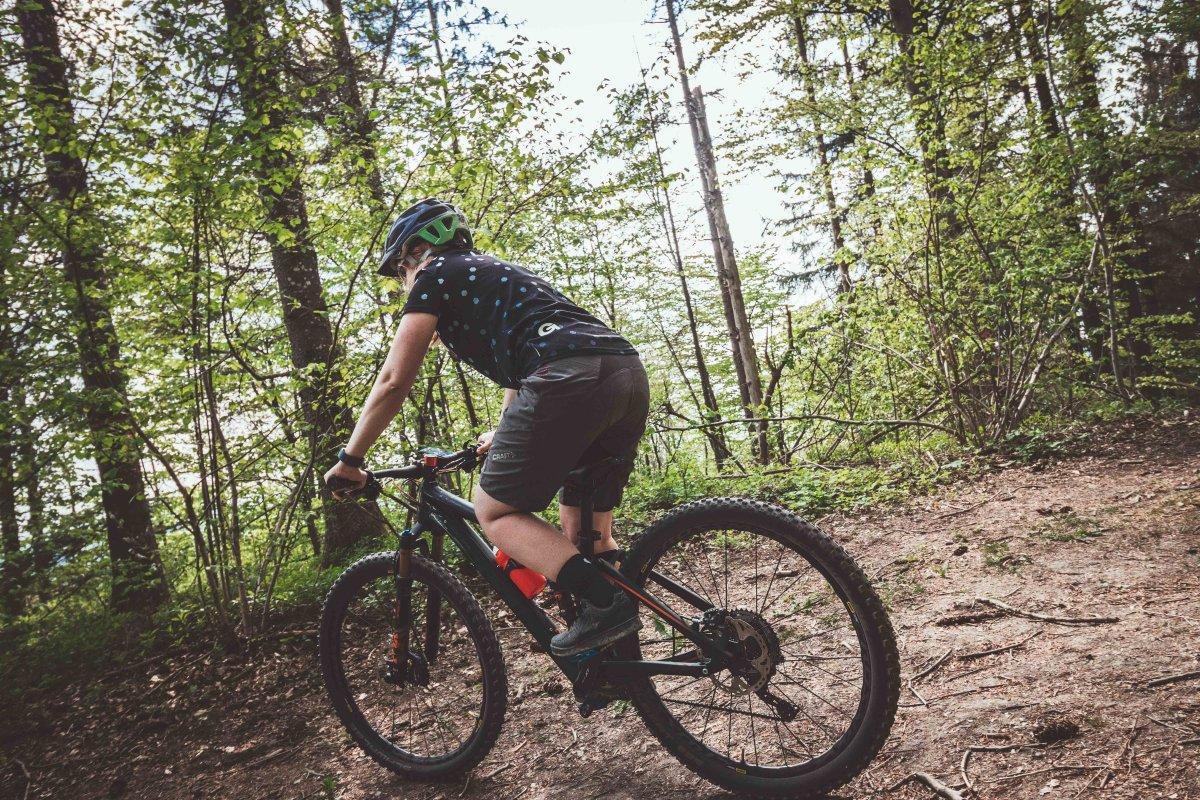 Mountainbikerin auf Trail